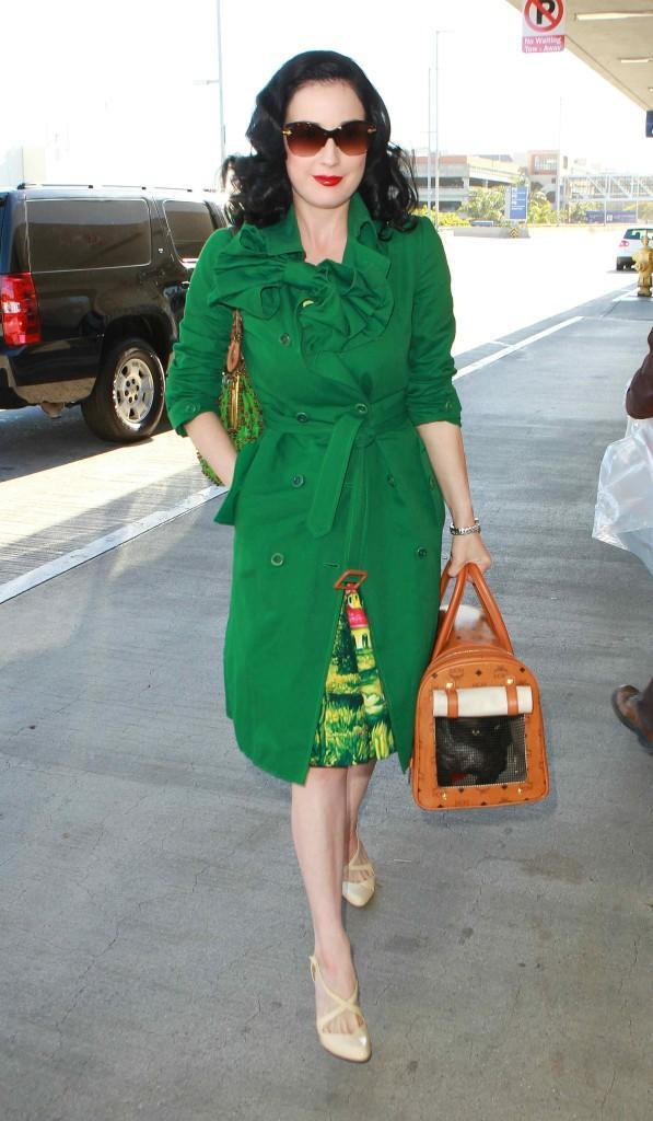DitaVonTeese_Candids_at_LAX_050110_-7