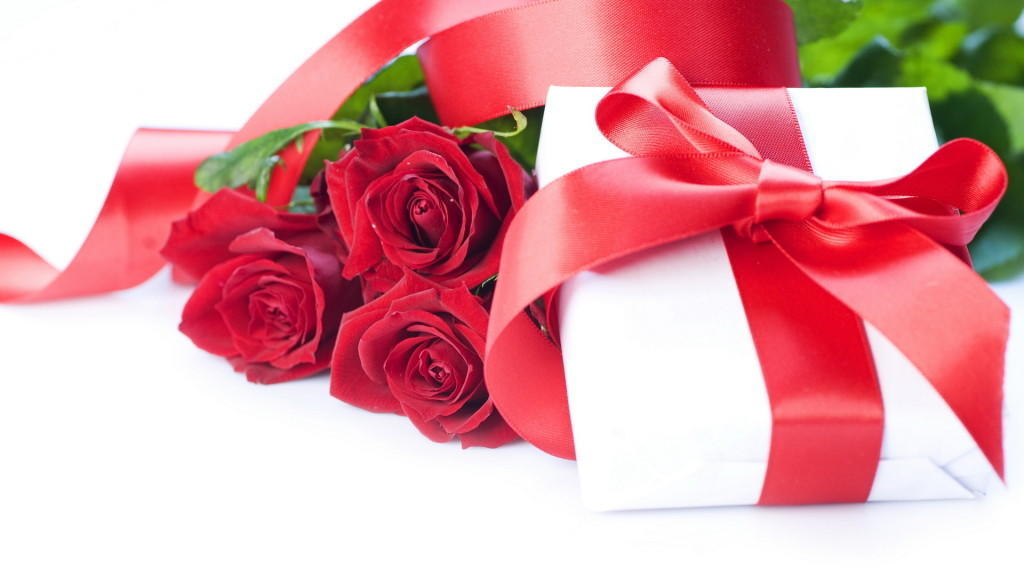 Holidays___International_Womens_Day_Red_roses_and_a_box_with_a_gift_on_March_8_057081_