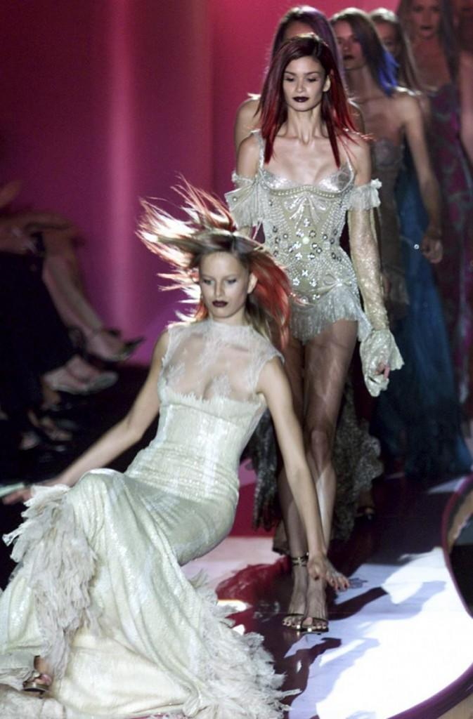 226716-catwalk-tumbles-10-most-memorable-runway-falls