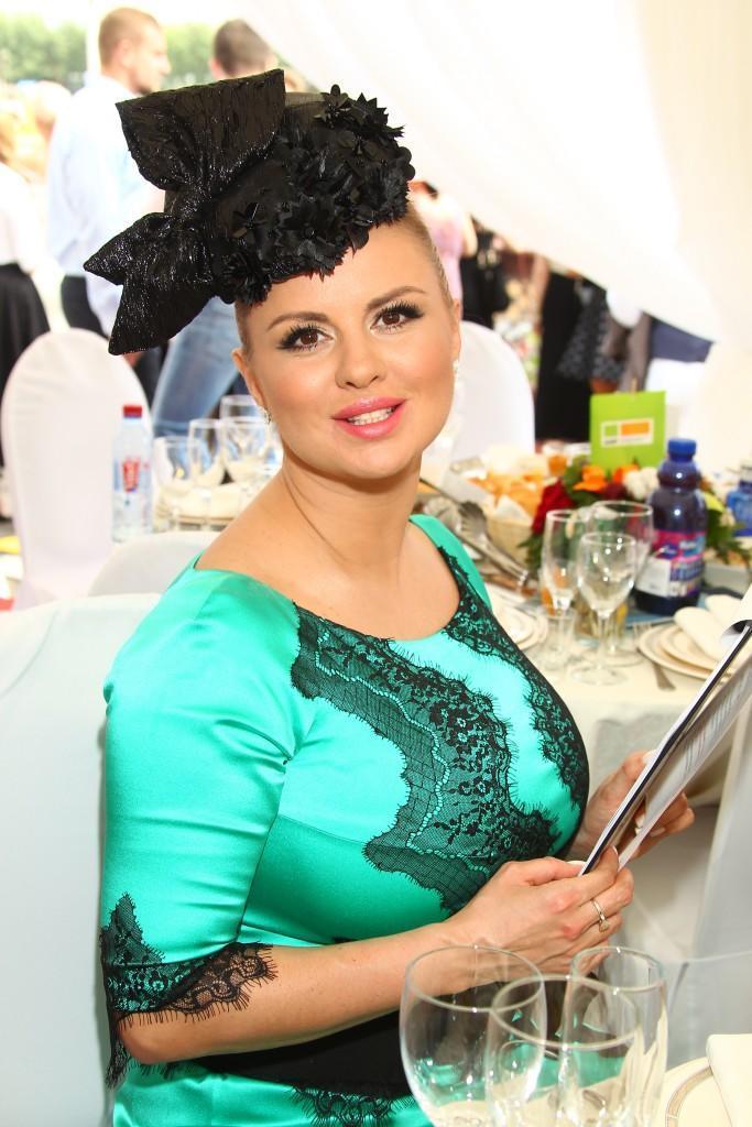 18 Ведущая Анна Семенович в платье от Игоря Гуляева
