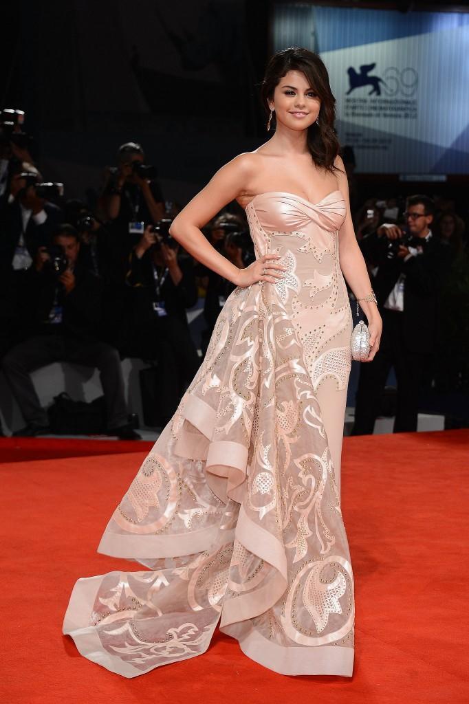 Selena-Gomez-Kırmızı-Halı-Kıyafetleri-Red-Carpet-Dress-Selena-Gomez-Fashion-Style-15