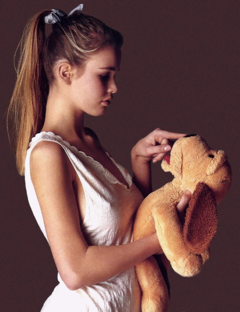 claudia-schiffer-with-stuffed-animal