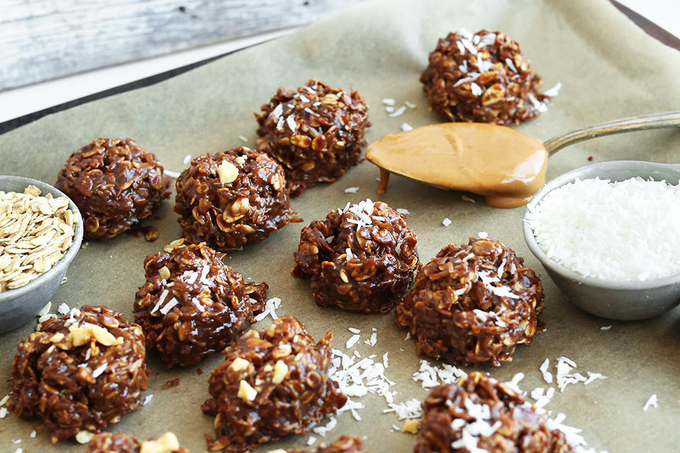 EASY-Coconut-No-Bake-Cookies-with-shredded-coconut-coconut-oil-coconut-sugar-and-rolled-oats-vegan-glutenfree