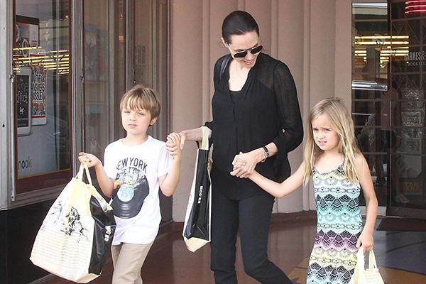 Angelina-Jolie-accompagnee-de-Knox-et-Vivienne-a-Los-Angeles