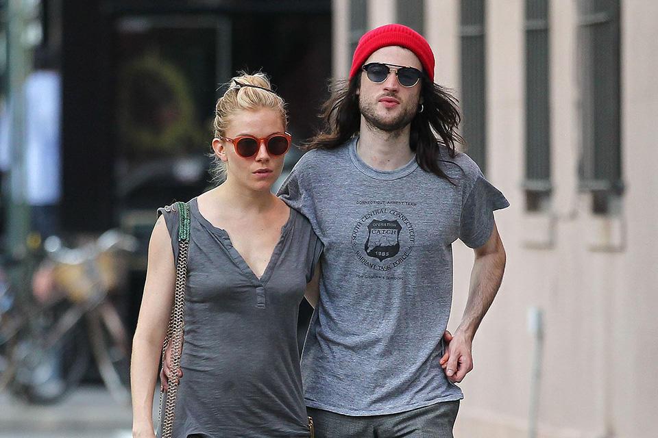 Sienna-Miller-Tom-Sturridge-took-couple-stroll-NYC