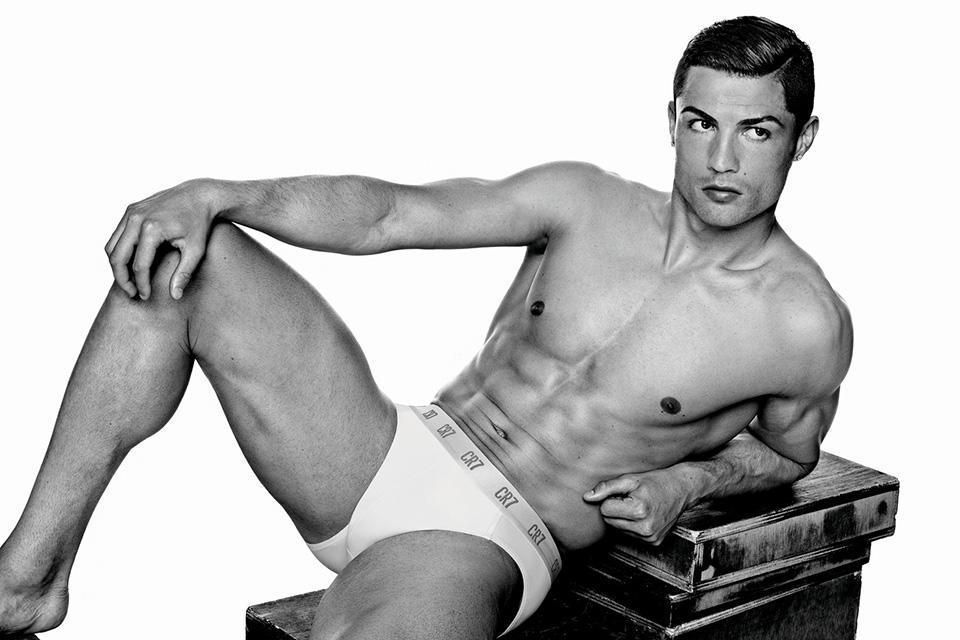 Cristiano-Ronaldo_underwear__pose_basic_brief_ligger_A4