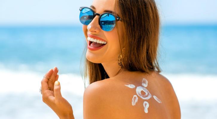 Гид по защите от солнца: как ухаживать за кожей летом, как выбрать солнцезащитное средство, как наносить крем с SPF правильно