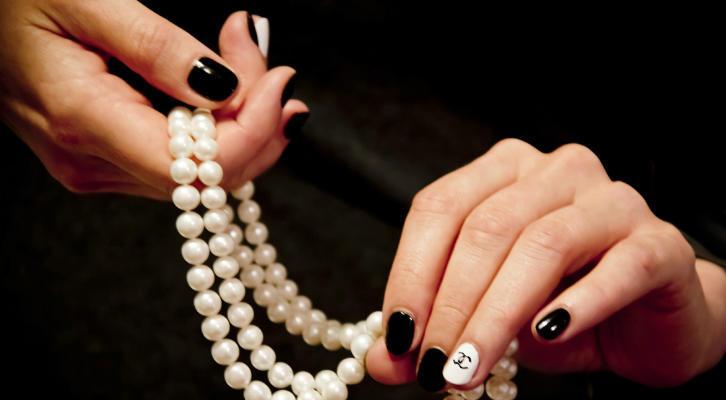 Маникюр в стиле Шанель – как сделать дизайн ногтей в стиле Шанель