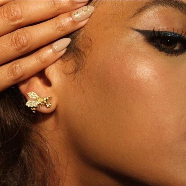nail-art-beyoncé-nude-and-gold-nail-trend-huda-beauty-false-nails