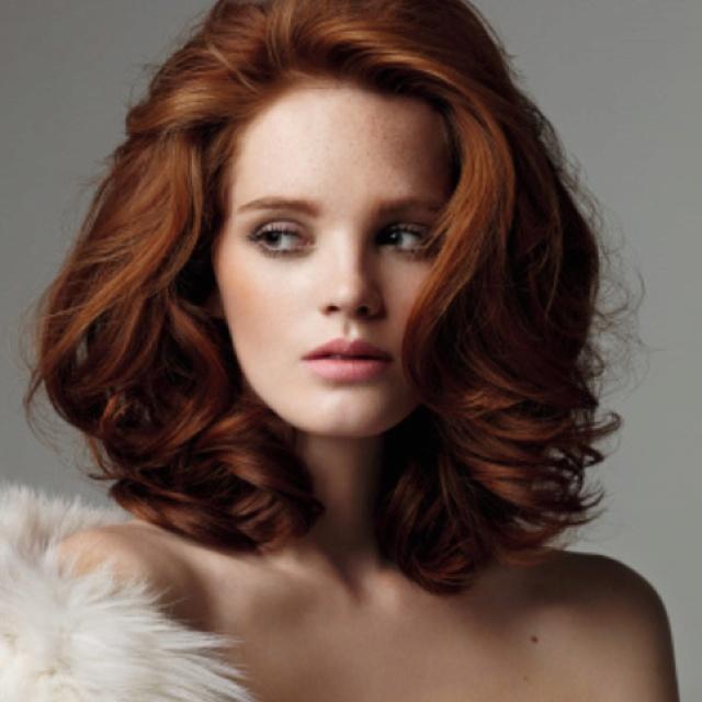 Голливудские локоны на средней длине волос смотрятся очень изысканно.