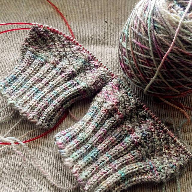 Новичкам лучше выбирать натуральную пряжу для вязания.