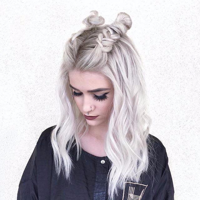 Пучки с косами были особенно актуальны летом 2016.