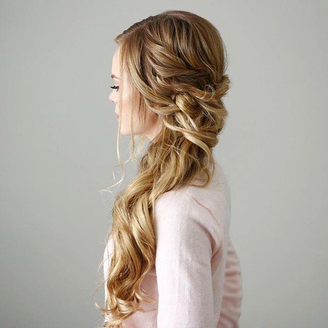 Прически с косами традиционно пользуются популярностью у невест.