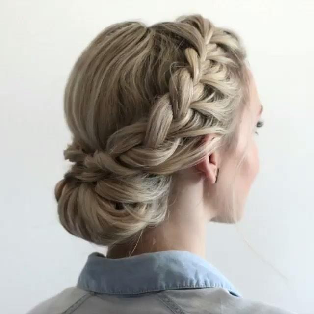 Корзинка из кос подходит женщинам любого возраста.