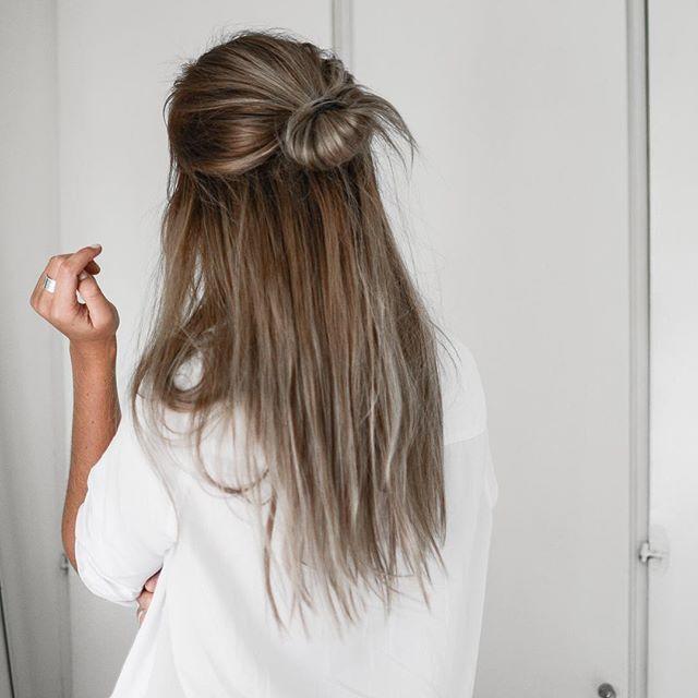 оставьте половину волос распущенными, и у вас получится одна из самых модных причесок весна-лето 2017.