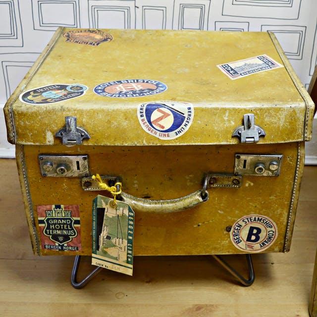 Если вы будете складывать одежду валиками, в чемодан войдет больше!