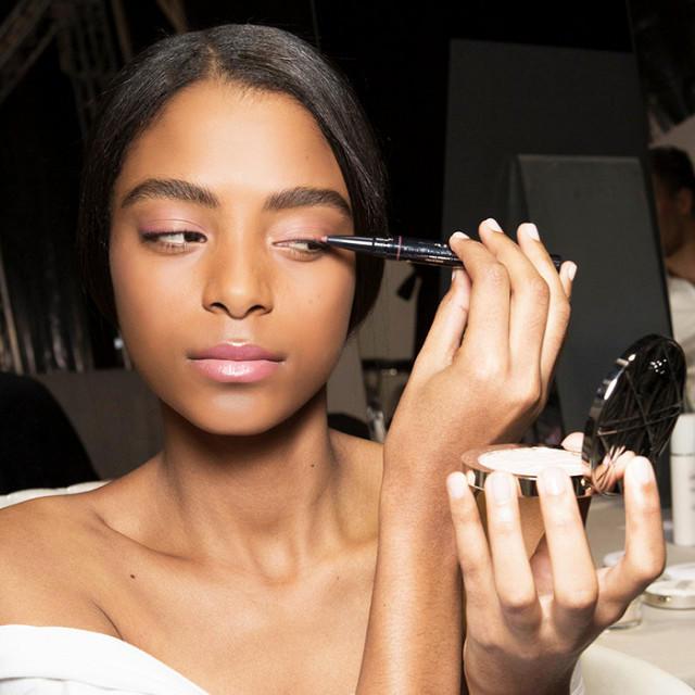 Секрет идеального макияжа — твердая рука.